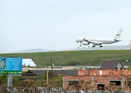 Президентский борт идет на посадку в горно-алтайском аэропорту. Фото: Олег Липатов