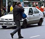 Пешеходов предлагают штрафовать за разговоры по мобильнику во время перехода дороги