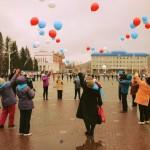 Студенты и ветераны спели и станцевали на центральной площади