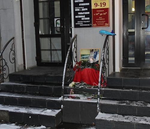 Жители Горно-Алтайска несут цветы к салону, где раньше работала Ирина Олару