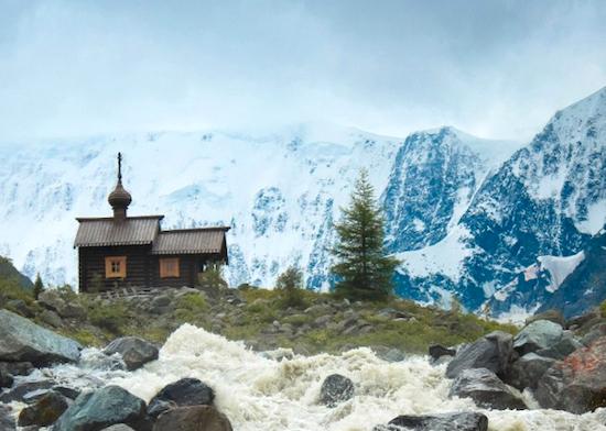 Фото часовни на фоне Белухи заняло второе место в конкурсе «Почты России»
