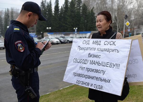 Фотофакты: Три одиночных пикета прошли у здания Госсобрания
