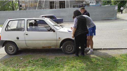 Автовладельцев штрафуют за парковку на газонах