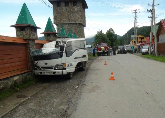 Бийчанин погиб, врезавшись на автомобиле в бетонный забор в Артыбаше