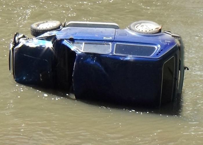 В Майме угонщик слетел на украденном авто в реку и угрожал полицейским покончить с собой