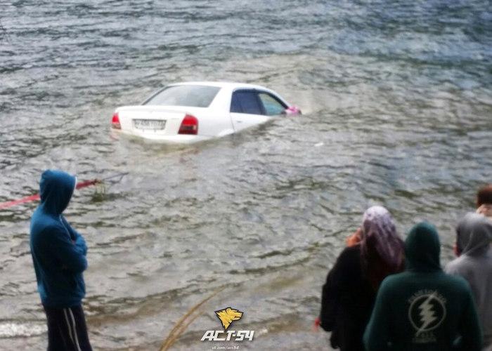 Фотофакт: Пьяные бийчане утопили машину в Телецком озере