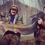 Фотофакт: Гигантского тайменя поймали рыбаки на Алтае