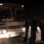 Спасатели оказывают помощь автомобилистам, попавшим в неприятности из-за непогоды
