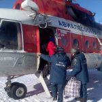 Десятки человек перевезли в отрезанную от мира Балыкчу на вертолете