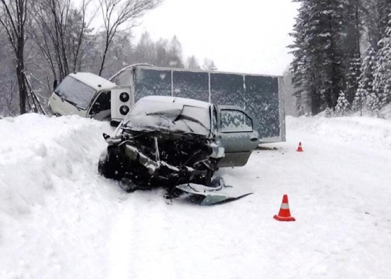 ВРеспублике Алтай шофёр легковушки умер в трагедии с грузовым автомобилем