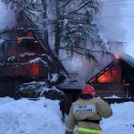 В Турочаке произошел крупный пожар в доме многодетной семьи