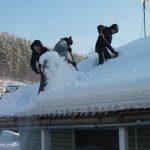 Добровольцы помогают ветеранам очистить от снега крыши и дворы