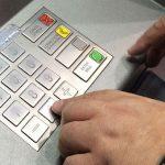 Семидесятилетняя бабушка «прикарманила» забытые посетителем в банкомате деньги