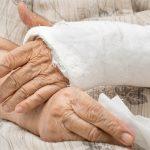30 тысяч рублей выплатят коммунальщики ветерану за сломанную руку