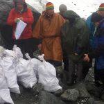С окрестностей Белухи на вертолете вывезли 90 мешков мусора