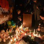 Несколько тысяч человек пришли на площадь почтить память жертв кемеровского пожара