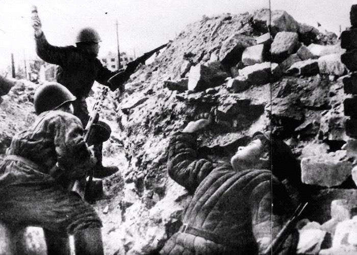 Поймал на лету фашистскую гранату и уничтожил ею трех гитлеровцев