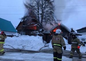 В Турочаке произошел крупный пожар в доме, где проживала многодетная семья